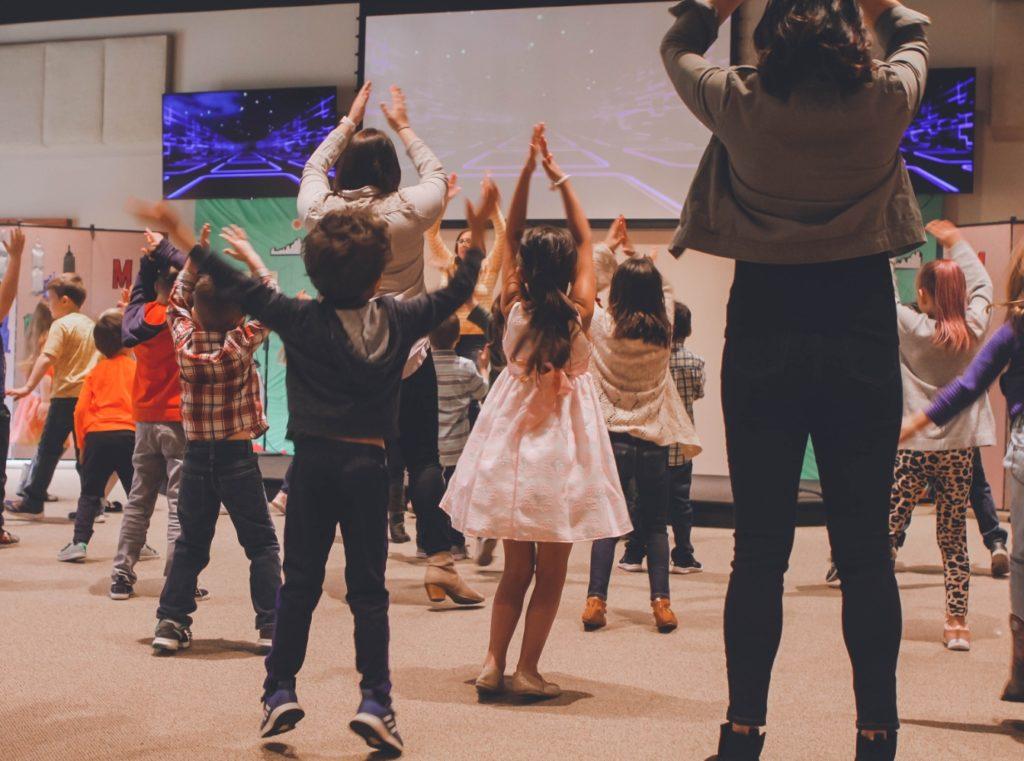 Groupe d'enfants qui dansent