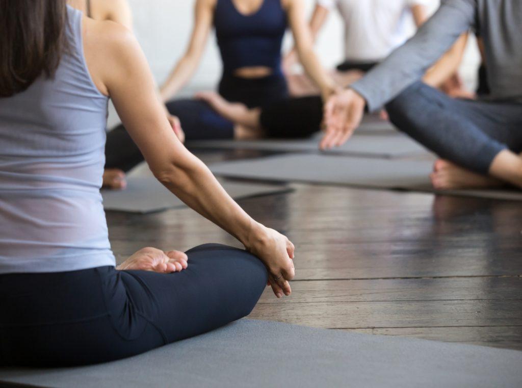 Groupe faisant du yoga