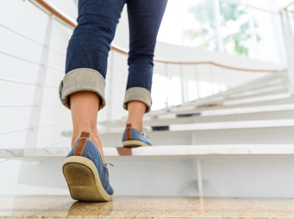 personne montant des escaliers